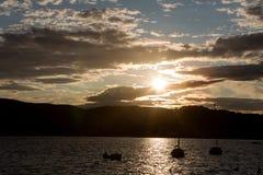 Yachten anslöt på pir i fjärden av Montenegro på solnedgången Arkivbild