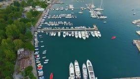 Yachten auf dem Pier Ansicht von oben Budva, Montenegro stock footage