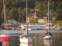 Yachten auf dem See Klagenfurt Österreich lizenzfreies stockbild