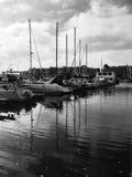 Yachten auf dem Wasser stockbilder
