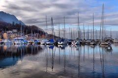 Yachten auf HerbstParkplatz auf Genfersee, SCHWEIZER lizenzfreie stockfotos