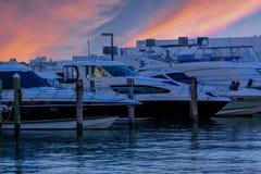 Yachten bei blauem Sonnenuntergang Stockbilder