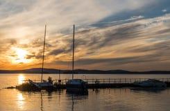 Yachten bei Sonnenuntergang Lizenzfreie Stockfotografie