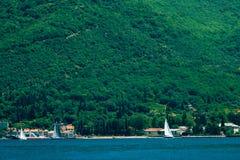 Yachten, Boote, Schiffe in der Bucht von Kotor Lizenzfreies Stockfoto