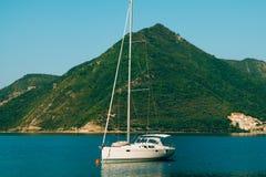 Yachten, Boote, Schiffe in der Bucht von Kotor Stockbild
