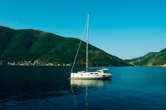 Yachten, Boote, Schiffe in der Bucht von Kotor Lizenzfreies Stockbild