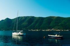 Yachten, Boote, Schiffe in der Bucht von Kotor Stockfotos