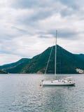 Yachten, Boote, Schiffe in der Bucht von Kotor Stockfotografie