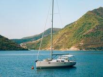 Yachten, Boote, Schiffe in der Bucht von Kotor Lizenzfreie Stockfotos