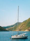 Yachten, Boote, Schiffe in der Bucht von Kotor Lizenzfreie Stockbilder