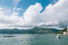 Yachten, Boote, Schiffe in der Bucht von Kotor Lizenzfreie Stockfotografie