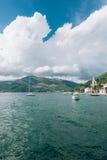 Yachten, Boote, Schiffe in der Bucht von Kotor Stockbilder