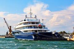 Yachten Carinthia VII förtöjas i Venedig, Italien Arkivbilder