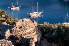 Yachten in der Bucht mit Abendlicht Stockbild