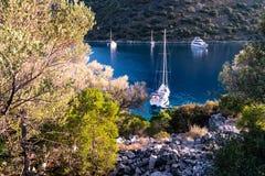 Yachten in der Bucht mit Abendlicht Lizenzfreies Stockfoto