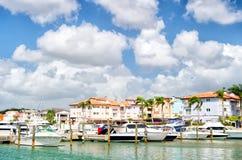 Yachten in der Bucht mit bewölktem Himmel Lizenzfreie Stockfotos