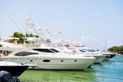 Yachten in der Bucht mit bewölktem Himmel Stockbilder