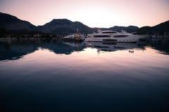 Yachten in der Bucht mit Morgenlicht Lizenzfreies Stockfoto