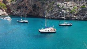 Yachten in der schönen Bucht mit haarscharfem Wasser, Sa Calobra, Mallorca, Spanien