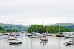 Yachten, die auf See Windermere im englischen Seebezirk segeln stockfotografie
