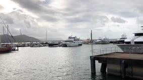 Yachten, die in der Kopra-Halle Marina Savusavu Fiji festmachen Savusavu ist eine Basis für das Kreuzen im Norden von Fidschi und stock video