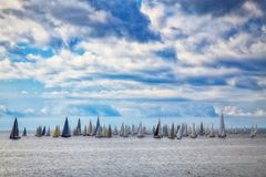 Yachten, die an der Millevele-Regatta teilnehmen Lizenzfreie Stockfotografie