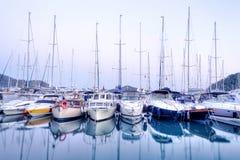 Yachten, die im Hafen bei Sonnenuntergang, Hafenyachtclub in Gocek, die Türkei parken stockbilder