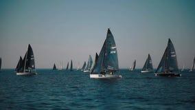 Yachten, die Regatta segeln stock footage
