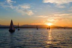Yachten, die am Sonnenuntergang segeln Lizenzfreie Stockfotos