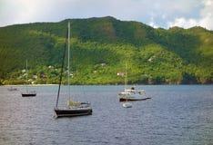 Yachten in einem geschützten Hafen in den Karibischen Meeren Stockfotos
