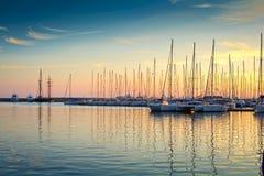 Yachten in einem Jachthafen stockbild
