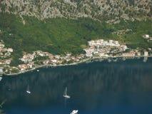 Yachten in einem Wasser des Kotor-` s bellen, Montenegro Stockbild