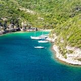 Yachten in einer kleinen Bucht Stockfoto