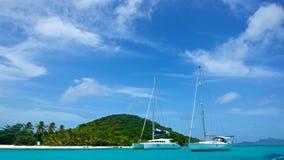 Yachten entlang einem tropischen Ufer Stockbild