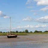 Yachten förtöjde i bred flodmynning Arkivfoto