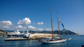 Yachten går till havet royaltyfria foton