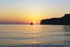 Yachten går till havet in mot soluppgången en härlig sikt av t Arkivbilder
