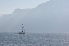 Yachten, havet, bergen, himlen royaltyfri bild