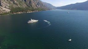 Yachten i fjärden av Kotor, flygfotograferingsurr, Adriati lager videofilmer