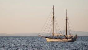 Yachten i medelhavet p? solnedg?ngen, det lyxiga loppet turnerar, utrymme f?r text, sommar, havyttersida, vattentransport, fiske, lager videofilmer