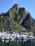 Yachten im Gebirgsjachthafen in Norwegen lizenzfreies stockbild