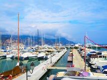 Yachten im Hafen der Heilig-Jean-Kappe-Ferrat - Erholungsort und Kommune im Südosten von Frankreich auf Vorgebirge von Taubenschl Lizenzfreies Stockfoto