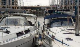 Yachten im Hafen an einem bewölkten Tag Stockfotos