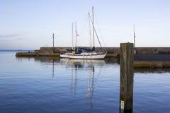 Yachten im ruhigen Wasser von Groomsport beherbergten in Nordirland und im weichen Glühen des mittleren Wintersonnenlichts darges lizenzfreies stockfoto
