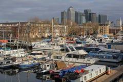 Yachten im Süddock-Jachthafen und in den Wolkenkratzern von Canary Wharf in London, Vereinigtes Königreich Stockfotografie