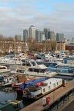 Yachten im Süddock-Jachthafen und in den Wolkenkratzern von Canary Wharf in London, Vereinigtes Königreich Stockbild