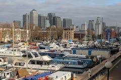 Yachten im Süddock-Jachthafen und in den Wolkenkratzern von Canary Wharf in London, Vereinigtes Königreich Stockfotos
