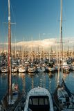 Yachten im Seehafen bei Sonnenuntergang stockfoto