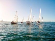 Yachten konkurrerar i en regatta för medlemmar för klubba för Koombana fjärdsegling i Bunbury Royaltyfri Foto