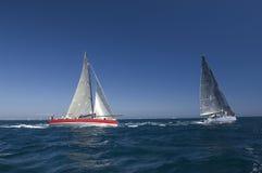 Yachten konkurrieren in Team Sailing Event Stockbilder